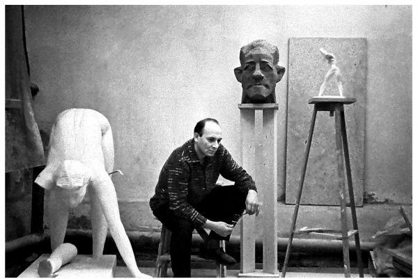 6-vladimir-tsimmerling-v-svoej-pervoj-masterskoj-1966-szadi-portret-pisatelya-khalldora-laksnessa-i-skulptura-arkhitektura-na-plyazhe-sleva-skulptura-naklon-foto-roberta-papikyana5500A1EE-A766-B38E-5007-CF6C5B155360.jpg